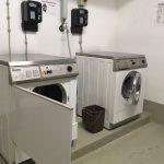 Waschmaschine und Trockner im Haus (Münzeinwurf)